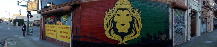 Negozio di alcolici di Ecurity con Lion Mural dal lato di costruzione fotografia stock