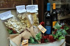 Negozio di alimentari nella città medievale di Montefalco, Italia fotografie stock libere da diritti