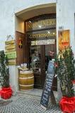 Negozio di alimentari nella città medievale di Montefalco, Italia fotografia stock