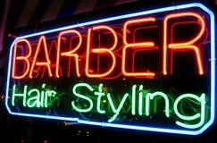 Negozio di barbiere alla notte fotografia stock libera da diritti