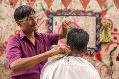 Negozio di barbiere del bordo della strada del centro in Mumbai, stato della maharashtra, India fotografia stock
