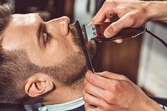 Negozio di barbiere di visita del cliente dei pantaloni a vita bassa immagine stock