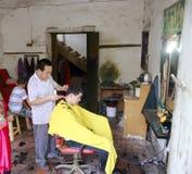 Negozio di barbiere nel villaggio di Xin-un Fotografie Stock Libere da Diritti