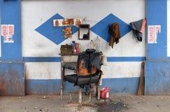 Negozio di barbiere su una via in Calcutta immagini stock