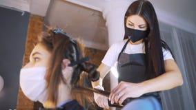 Negozio di bellezza Mucchio di trattamento dei capelli e della proteina di recupero della cheratina con lo strumento ultrasonico  stock footage