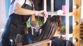 Negozio di bellezza Mucchio di trattamento dei capelli e della proteina di recupero della cheratina con lo strumento ultrasonico  archivi video