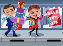 Negozio di camminata della finestra di vendita di acquisto di inverno delle coppie Immagine Stock