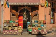 Negozio di erbe della facciata a Marrakesh con differenti borse all'entrata immagini stock