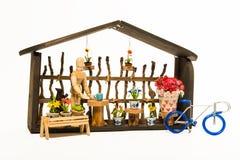 Negozio di fiori con la bicicletta blu isolata su fondo bianco fotografia stock