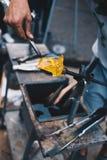 Negozio di mestiere di salto di vetro Mani del ` s del lavoratore con l'immagine degli strumenti Maste fotografie stock libere da diritti