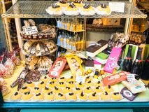 Negozio di pasticceria con i dolci locali tradizionali fotografie stock