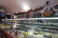 Negozio di pasticceria nella città medievale di Bevagna, Italia centrale fotografia stock libera da diritti
