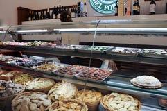 Negozio di pasticceria nella città medievale di Bevagna, Italia centrale immagine stock libera da diritti