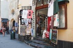 Negozio di ricordo in Città Vecchia di Leopoli, Ucraina fotografia stock libera da diritti