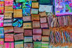 Negozio di ricordo dell'artigianato nel mercato di notte di Luang Prabang, Laos, Sud-est asiatico Direttamente sopra la vista, mo fotografie stock libere da diritti