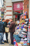 Negozio di ricordo della via a Londra, Regno Unito Fotografia Stock