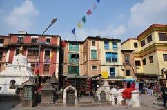 Negozio di ricordo di acquisto del viaggiatore al tempio di Swayambhunath o al tempio della scimmia Immagini Stock Libere da Diritti