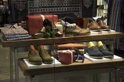 Negozio di scarpe dell'abbigliamento di modo degli uomini dell'uomo Fotografia Stock Libera da Diritti