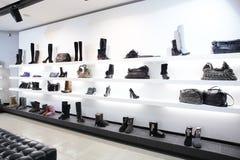 Negozio di scarpe di lusso con l'interno luminoso Immagine Stock
