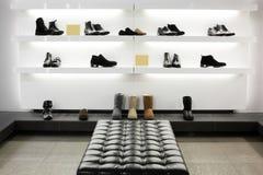 Negozio di scarpe di lusso con l'interno luminoso Fotografia Stock