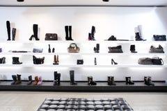 Negozio di scarpe di lusso con l'interno luminoso Fotografie Stock