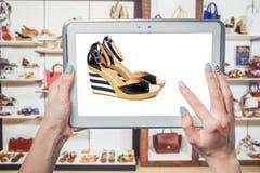 Negozio di scarpe online, vendita online Fotografie Stock