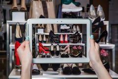 Negozio di scarpe online, vendita online Fotografia Stock Libera da Diritti