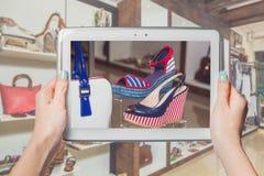 Negozio di scarpe online, vendita online Immagini Stock Libere da Diritti