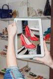 Negozio di scarpe online, vendita online Immagine Stock