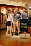 Negozio di vestiti aperto fotografia stock