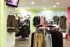 Negozio di vestiti europeo con la raccolta enorme Fotografia Stock