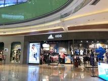 Negozio di vestiti nel centro commerciale fotografie stock libere da diritti