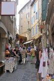 Negozio di vestiti in via del pedone di Anduze Fotografia Stock