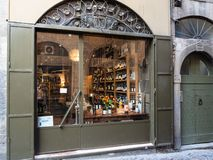 Negozio di vino con i vini italiani locali a Bergamo fotografie stock libere da diritti