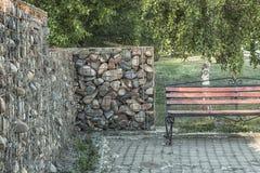 Negozio e parete di pietra nel parco Fotografia Stock Libera da Diritti