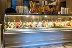 Negozio italiano del gelato Contatore con differenti varietà di gelato a Siena Ittaly fotografia stock libera da diritti