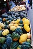 Negozio locale della frutta, commerciante in Princeton, Columbia Britannica Decorazione piacevole con la zucca, groud, frutti Immagini Stock