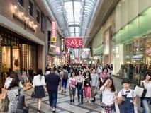 Negozio non identificato della gente alla galleria di acquisto di Shinsaibashi Fotografia Stock