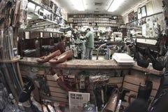 Negozio preciso di riparazione della scarpa Fotografie Stock Libere da Diritti