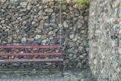 Negozio, recinto di pietra e grata del ferro immagine stock