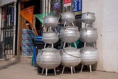 Negozio rurale che vende i grandi vasi di cottura nella città di Mokhotlong, Lesotho in Africa fotografie stock