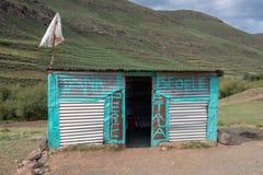 Negozio rurale fuori della città di Mokhotlong, Lesotho in Africa fotografie stock libere da diritti