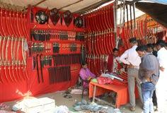 Negozio tribale tradizionale dell'arma nella fiera religiosa tribale Fotografie Stock