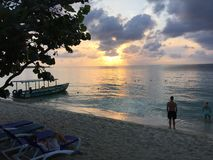 Negril Jamaica solnedgång över vatten arkivbild