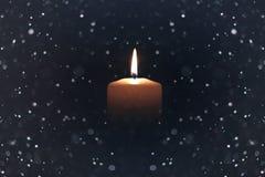 Negro aislado luz de la vela con nieve Imagenes de archivo