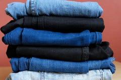 Negro azul coloreado de los vaqueros foto de archivo