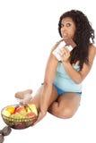 Negro de la mujer no querer la fruta Imagen de archivo