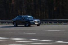 Negro de lujo Mercedes Benz del coche que apresura en la carretera vacía fotografía de archivo libre de regalías