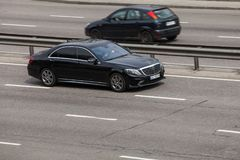 Negro de lujo Mercedes Benz del coche que apresura en la carretera vacía foto de archivo libre de regalías