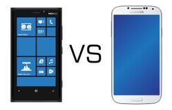 Negro de Nokia Lumia 920 contra negro de la galaxia S4 de Samsung Imagen de archivo